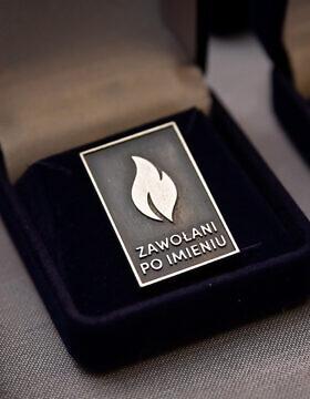 """סיכה עם הלוגו של פרויקט """"נקראים בשמם"""" (צילום: באדיבות מכון פילצקי)"""