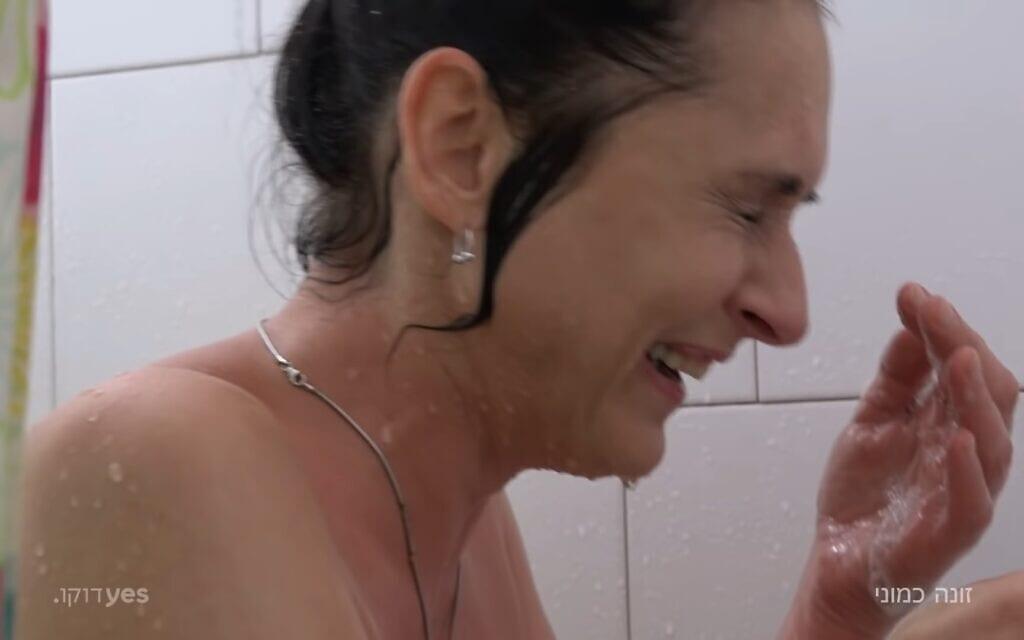"""צ'ילה עזרא, צילום מסך מתוך הסרט """"זונה כמוני"""" של יעל שחר ושרון יעיש"""