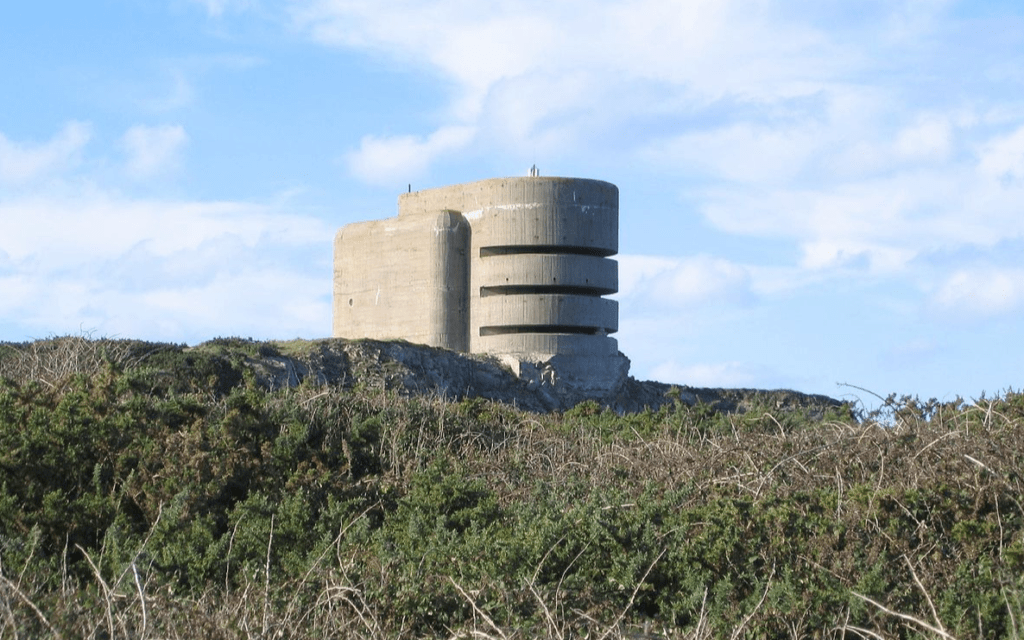 """הבונקר הגרמני """"האודיאון"""" באולדרני מתקופת מלחמת העולם השנייה. הבונקר בן שלוש או ארבע קומות וכולל עמדה לנשק נגד מטוסים בגבו. אולדרני היה המבוצר ביותר מבין איי התעלה (צילום: CC-SA-Tim Brighton)"""