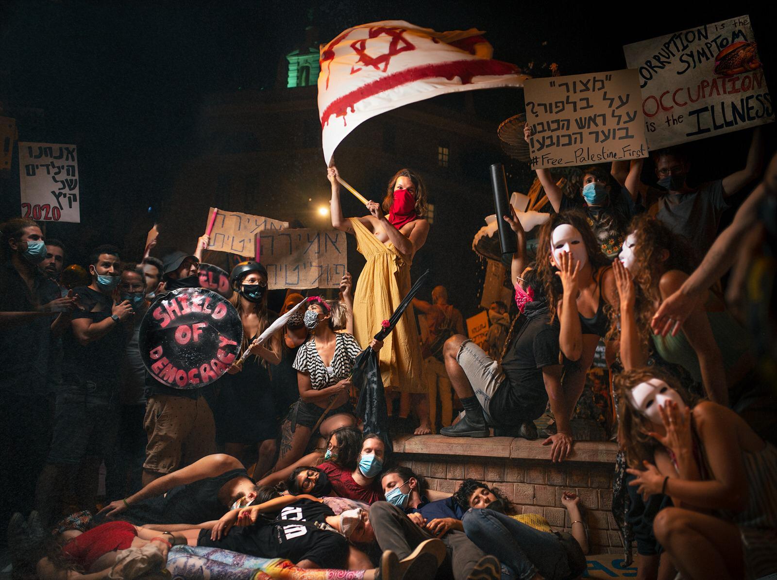 מיצג בהפגנה בכיכר פריז, ליד בלפור, מחווה לציור של דלקרואה על העלייה לבסטיליה, יולי 2020 (צילום: שרון אברהם)