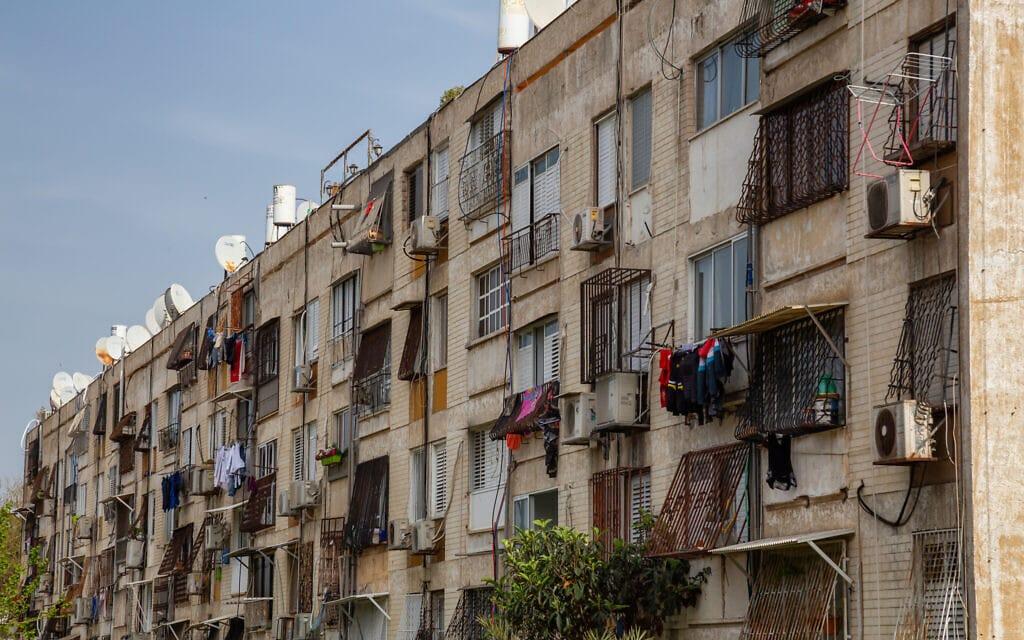 אילוסטרציה, בניין דירות ישן בתל אביב, 2019 (צילום: istockphoto/edb3_16)