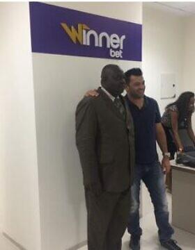 קובי כהן עם בעלי חנות להימורי ווינר בקונגו (צילום: Courtesy)