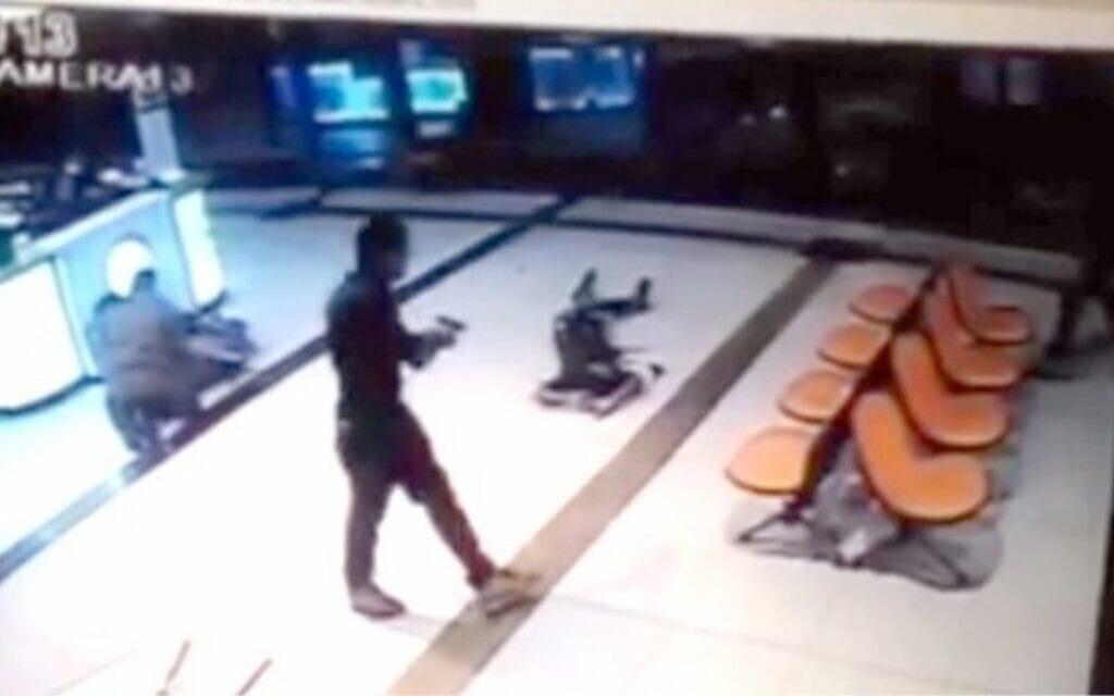 תיעוד מותו של הבטום זרהום במצלמות האבטחה של התחנה המרכזית בבאר שבע (צילום: צילום מסך)