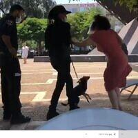 צילום מסך מתוך סרטון המתעד את מעצרה של עדנה פרוביזור בת ה-72 בתל אביב