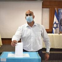 """עו""""ד מוחמד נעאמנה מצביע בבחירות לנציגות לשכת עורכי הדין בוועדה לבחירת שופטים (צילום: דוברות לשכת עורכי הדין)"""