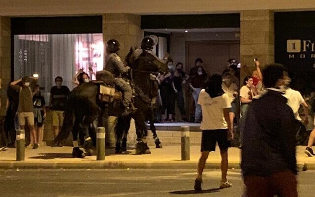 פרשי משטרה שועטים לעבר מפגינים אמש, בצעדה הספוטנטנית אחרי הפגנת בלפור, 14.7.2020 (צילום: ניצן ויסברג)