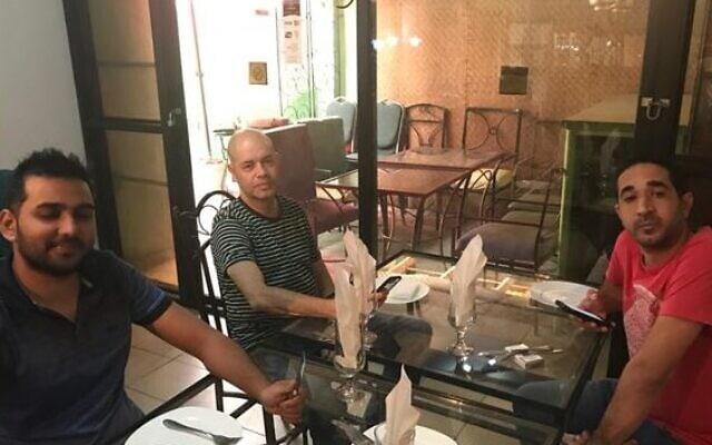 רונאל ג'יבון, יוסי הרצוג וחבר במסעדת מאמא קולוניאל בקינשאסה, קונגו (צילום: Courtesy)