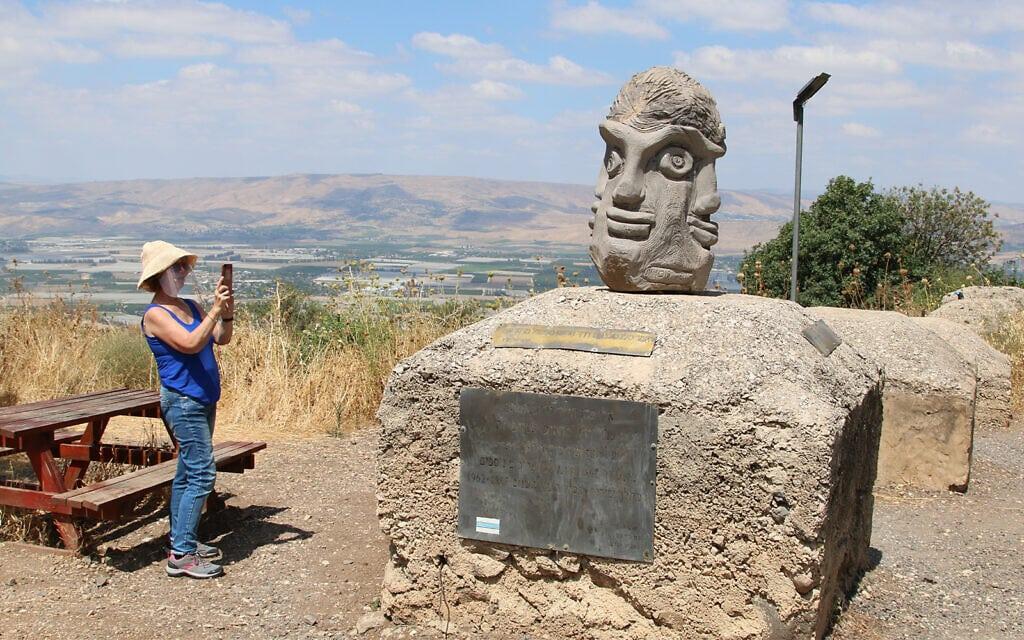 הפסל של אלי כהן ברמת הגולן (צילום: שמואל בר-עם)