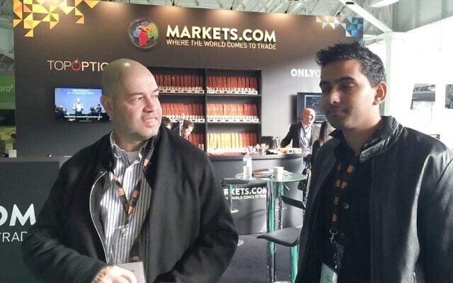 יוסי הרצוג (משמאל) ומנהל לנקופיה במאוריציוס, רונאל ג'ובין, ביריד ICE Totally Gaming בלונדון, בסביבות 2014 או 2015 (צילום: Courtesy)