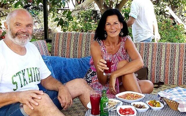 אורלי לוק ובן זוגה בעיירת החוף התיירותית דליאן