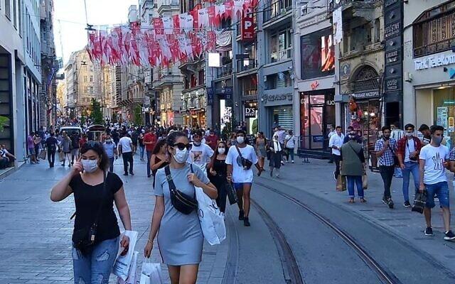 רחוב באיסטנבול. חובה ללבוש מסכות במרחב הציבורי בעיר (צילום: אורלי לוק)