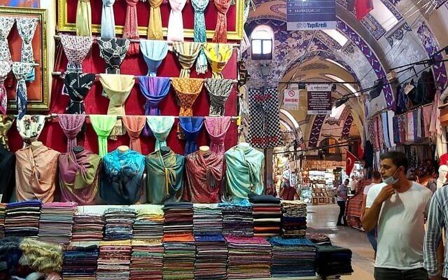 חנות בדים בשוק באיסטנבול (צילום: אורלי לוק)