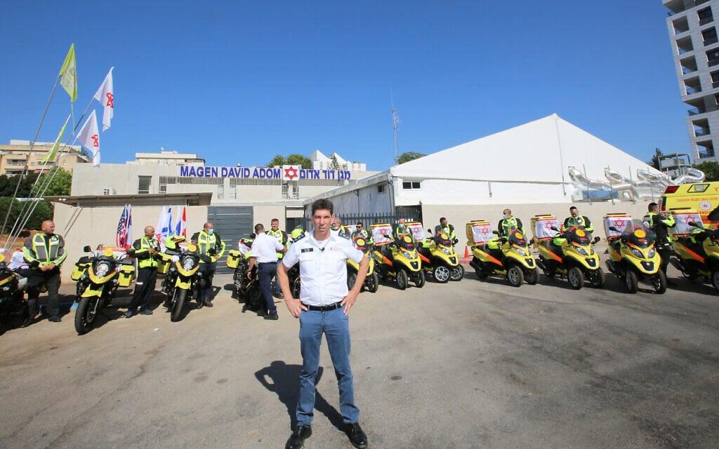 """אלי בין, מנכ""""ל מד""""א, בטקס חנוכת אופנועים וטרקטורונים חדשים שישמשו את הארגון (צילום: דוברות מד״א)"""