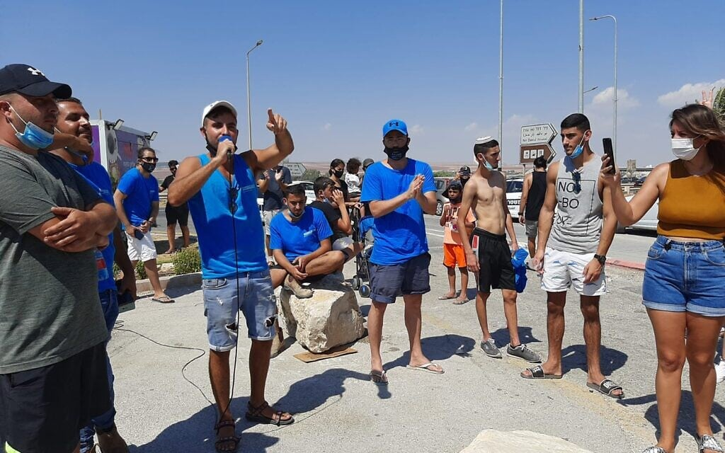 הפגנה בעד כניסה חופשית לנחל האסי שעובר בתוך קיבוץ ניר דוד. אוגוסט 2020 (צילום: עומר שרביט)