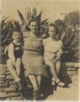 דויד רייכר משמאל, עם אמו אתל ואחותו רוזטה, אחרי המלחמה (צילום: באדיבותו)