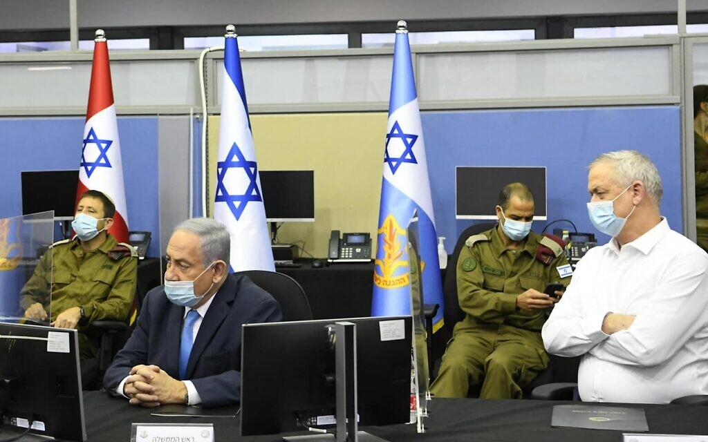 """ראש הממשלה בנימין נתניהו ושר הביטחון בני גנץ בפיקוד העורף ברמלה, 4 באוגוסט 2020 (צילום: עמוס בן גרשם / לע""""מ)"""