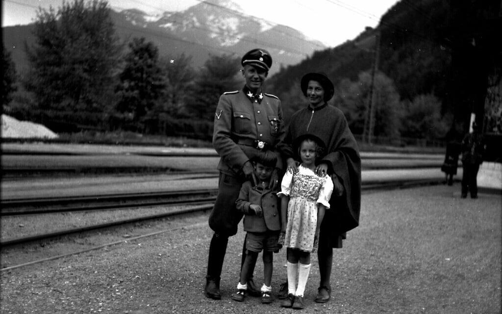 הורסט וכטר, עם שרלוטה, אוטו פון וכטר והבת טראוטה בצל אם זה, אוסטריה, 1944 (צילום: באדיבות הורסט וכטר)