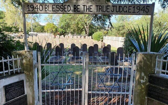 בית הקברות היהודי סנט מרטין במאוריציוס, שם נקברו 128 יהודים שנפטרו במהלך מעצרם (צילום: באדיבות רוני מיקל אריאלי)