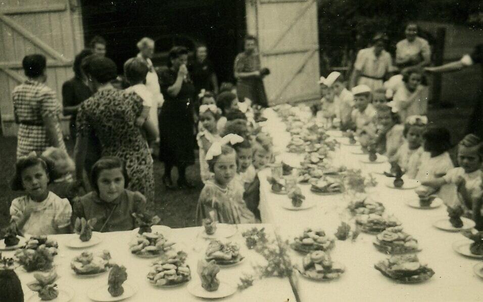 מסיבה לילדים העצורים במחנה הנשים בבו-באסין (צילום: באדיבות ארכיון מוזיאון בית לוחמי הגטאות)