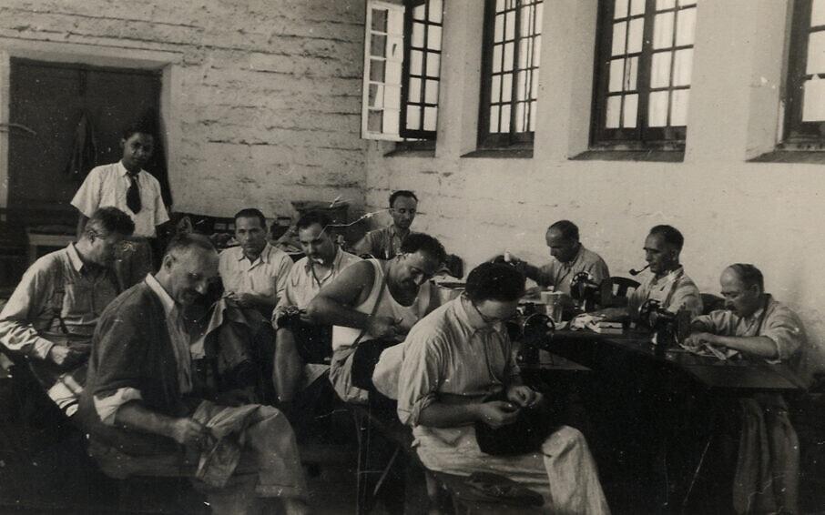 סדנת תפירה באגף הגברים בכלא בו-באסין במאוריציוס (צילום: באדיבות ארכיון מוזיאון בית לוחמי הגטאות)