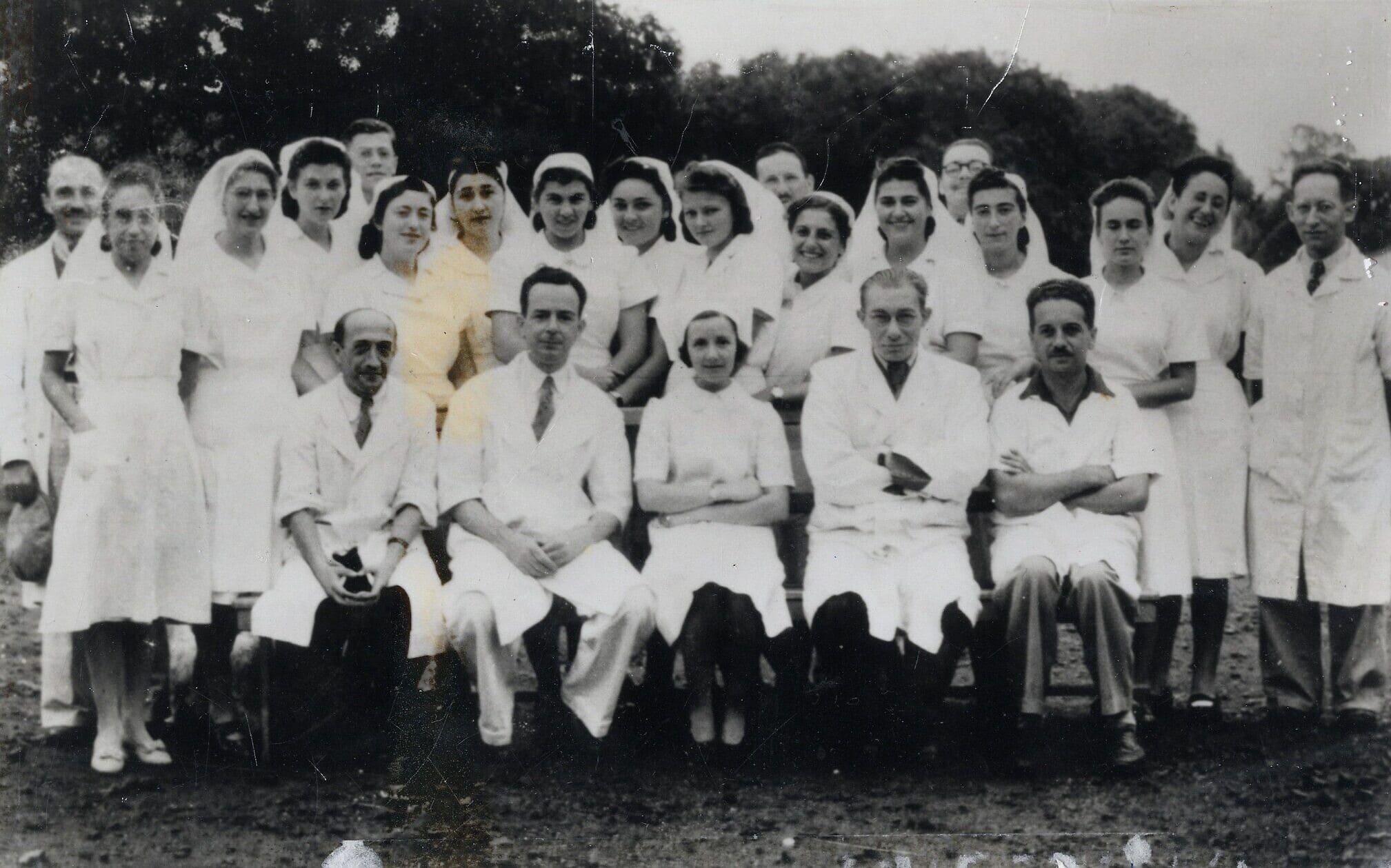 רופאים ואחיות בצוות הרפואי מטפלים בעצורים היהודים במאוריציוס (צילום: באדיבות ארכיון מוזיאון בית לוחמי הגטאות)