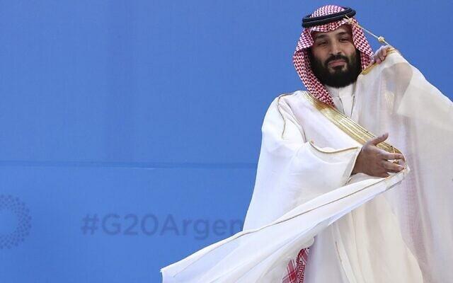 יורש העצר הסעודי, מוחמד בן סלמאן, מסדר את הגלימה שלו לקראת תמונה קבוצתית בפסגת מנהיגי ה-G20 במרכז קוסטה סלגוארו בבואנוס איירס, ארגנטינה, 30 בנובמבר 2018 (צילום: AP/ריקרדו מזלן, ארכיון)
