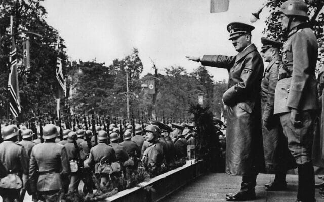 """אדולף היטלר מצדיע לחיילי הוורמכט הגרמני הצועדים בוורשה, פולין, ב-5 באוקטובר 1939, לאחר הפלישה הגרמנית. מאחורי היטלר נראים , משמאל לימין: הרמטכ""""ל גנרל-פלדמרשל ולטר פון בראוכיטש; המפקד החדש בוורשה, גנרל-לויטננט פרידריך פון קוכנהאוזן; גנרל-פלדמרשל גרד פון רונדשטט; וגנרל-פלדמרשל וילהלם קייטל (צילום: AP)"""