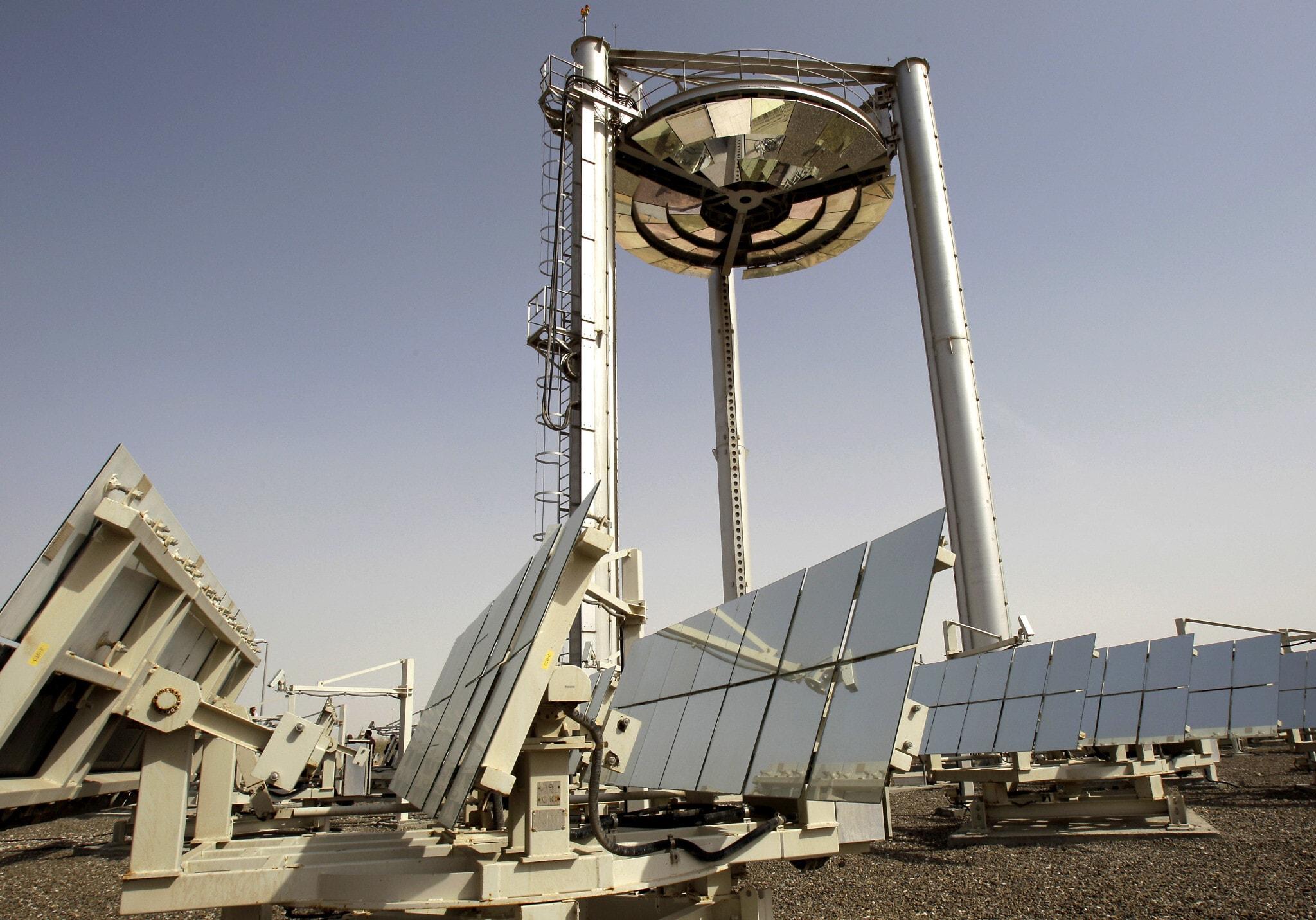 מרכז אנרגיה סולארית בעיר מצדר באבו דאבי (צילום: AP Photo/Kamran Jebreili)