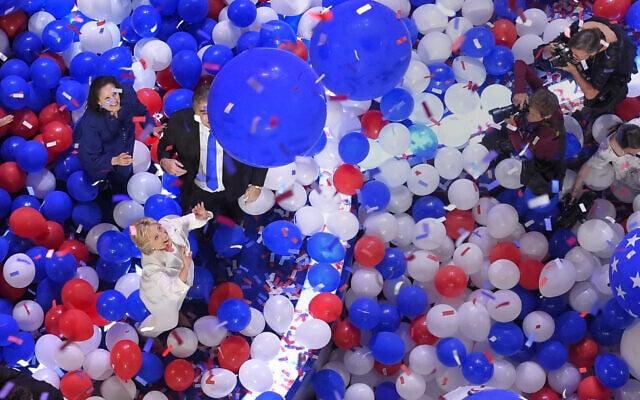 """היו זמנים באמריקה: חגיגת בלונים בוועידה הדמוקרטית המרכזית ב-2016, עם מינויה הרשמי של הילארי קלינטון למועמדת המפלגה לנשיאות ארה""""ב. 29 ביולי 2016 (צילום: AP Photo/Mark J. Terrill)"""