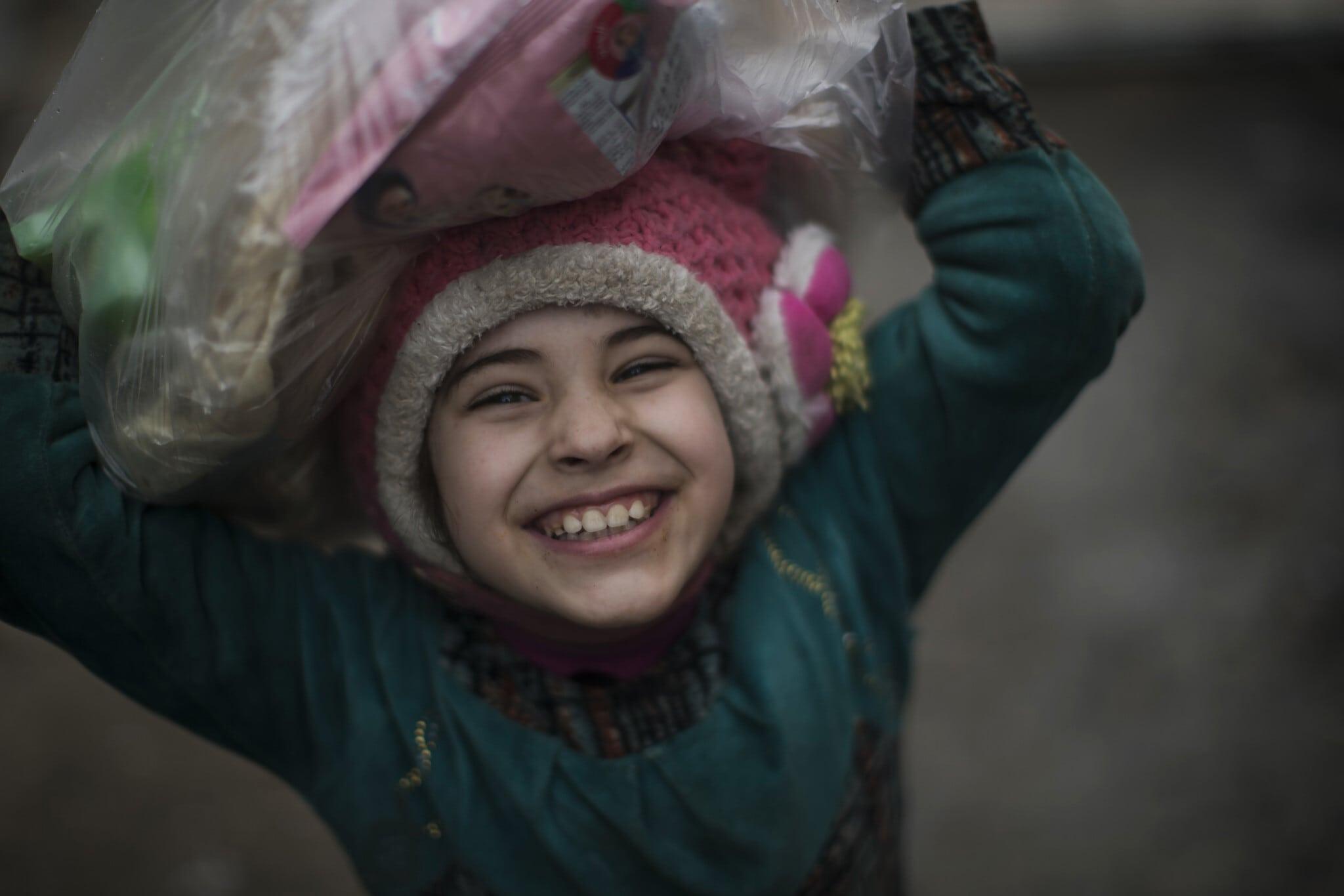"""פנים של תקווה: ילדה עיראקית במוסול אחרי שכוחות דאע""""ש הובסו בעיר (צילום: AP Photo/Felipe Dana)"""