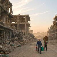 פליטים שביתם נהרס במוסול, עיראק, ב-15 בנובמבר 2017 (צילום: AP Photo/Felipe Dana)