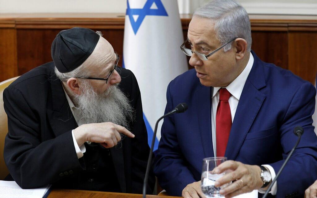 בנימין נתניהו מקשיב לדברי יעקב ליצמן בפתח ישיבת הממשלה השבועית במשרד ראש הממשלה בירושלים, 6 בינואר 2019 (צילום: צילום: גלי תיבון/מאגר, באמצעות AP)