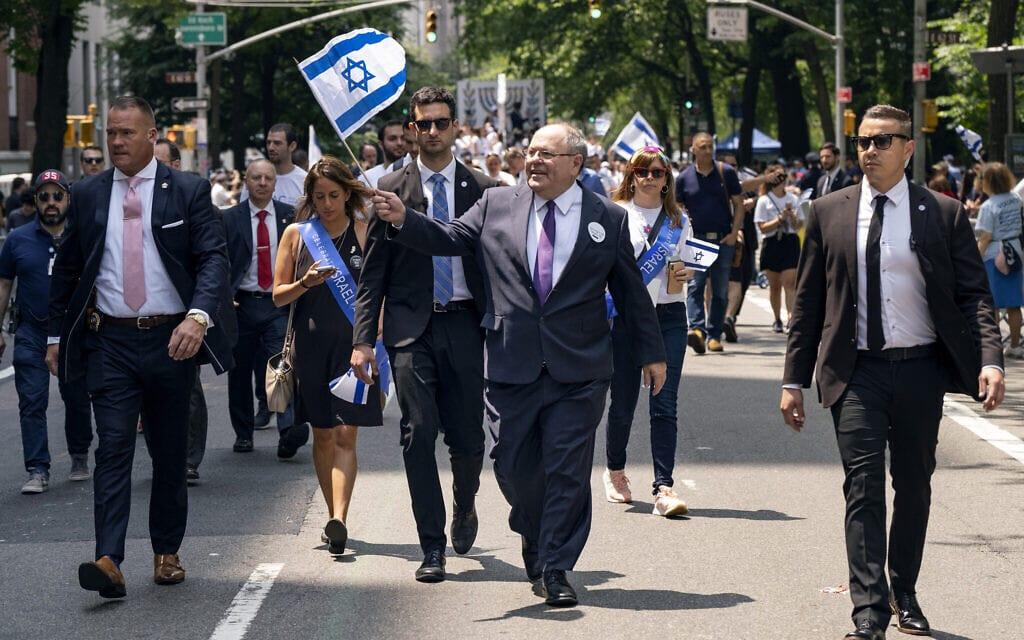 דני דיין, הקונסול הכללי של ישראל (במרכז), משתתף במצעד למען ישראל בניו יורק, יוני 2019, ארכיון (צילום: AP / קרייג רוטל)