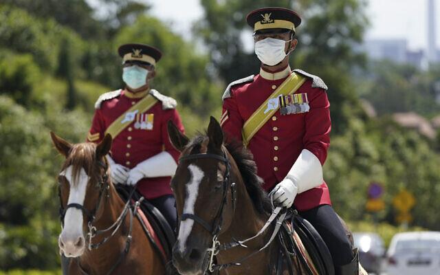 חיילי משמר הכבוד בארמון הלאומי בקואלה למפור, פברואר 2020 (צילום: AP Photo/Vincent Thian)