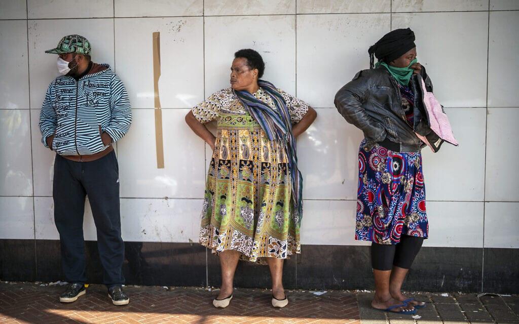 תושבי יוהנסבורג ממתינים לתורם להיכנס לסופר מרקט בעידן הקורונה, מרץ 2020 (צילום: AP Photo/Jerome Delay)