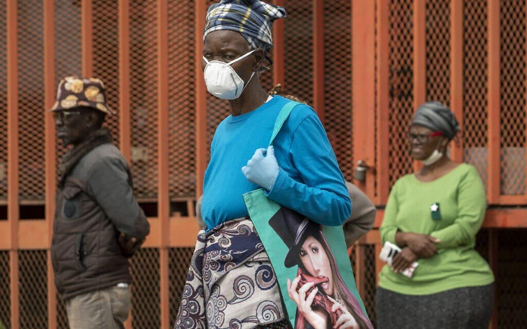 תושבי יוהנסבורג בתור לקבלת מענק סוציאלי מהממשלה בעת הסגר הקורונה, מרץ 2020 (צילום: AP Photo/Themba Hadebe)