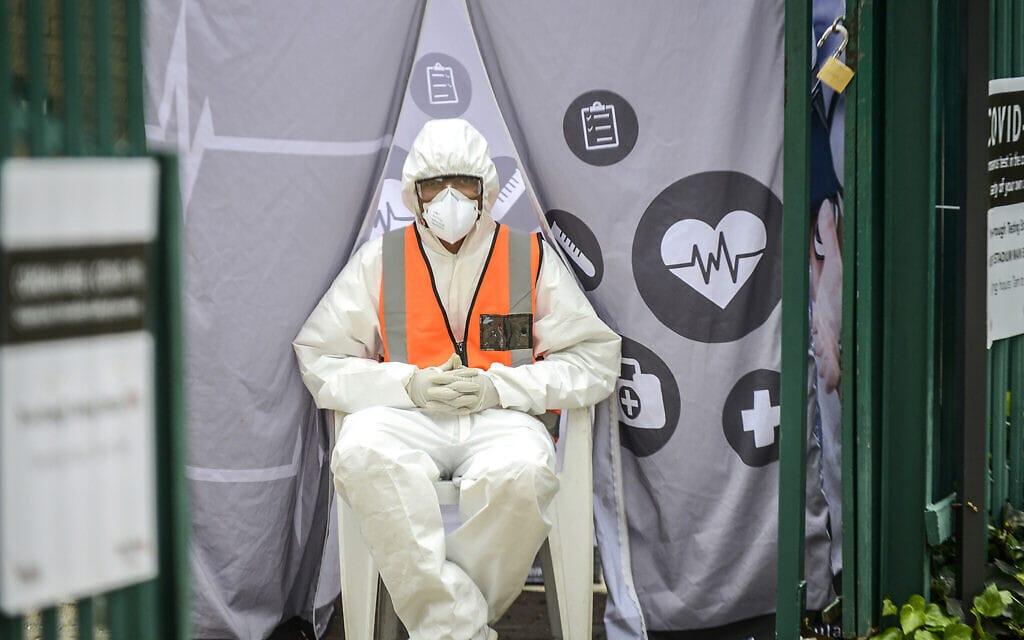 עובד מערכת הבריאות בתחנת בדיקות קורונה ביוהנסבורג, מרץ 2020 (צילום: AP Photo/Shiraaz Mohamed)