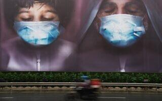 קמפיין ממשלתי למען לבישת מסכות בדובאי, איחוד האמירויות, אפריל 2020 (צילום: AP Photo/Jon Gambrell)