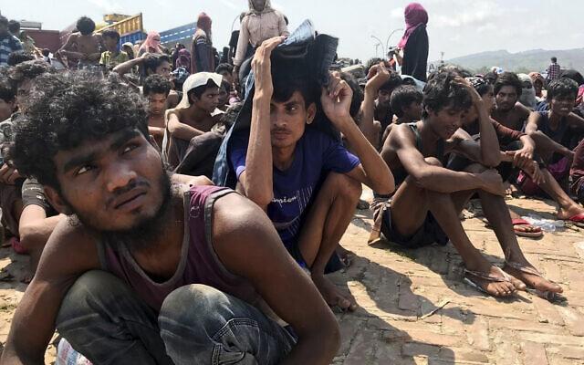 פליטים בני הרוהינגיה שחולצו בלב ים, לאחר שלא הצליחו להגיע למלזיה, אפריל 2020 (צילום: AP Photo/Suzauddin Rubel)