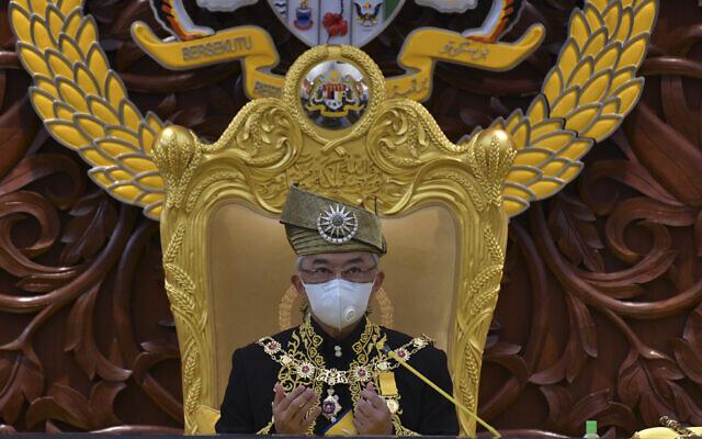 הסולטן עבדאללה מפהנג, המכונה גם מלך מלזיה, בתפילה בפרלמנט, מאי 2020 (צילום: Nazri Rapai/ Malaysia's Department of Information via AP)
