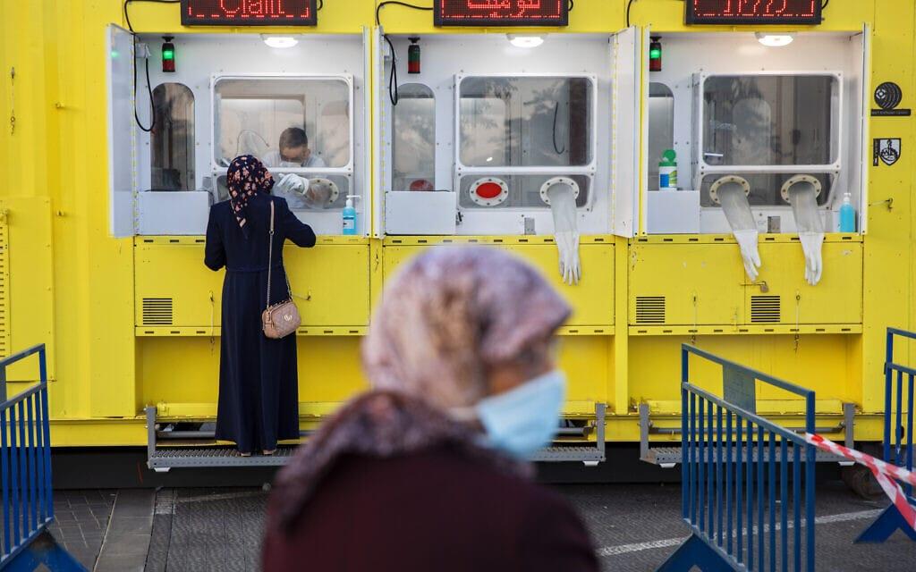 תחנת בדיקת קורונה של כללית במזרח ירושלים, 21 ביולי 2020 (צילום: AP Photo/Oded Balilty)