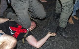 מעצר אלים של מפגין בבלפור, ב-22 ביולי 2020 (צילום: AP Photo/Ariel Schalit)