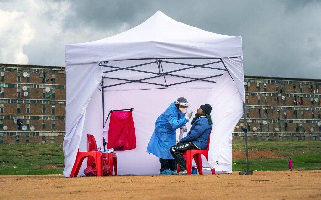 בדיקת קורונה ביוהנסבורג, דרום אפריקה, אפריל 2020 (צילום: AP Photo/Jerome Delay, File)