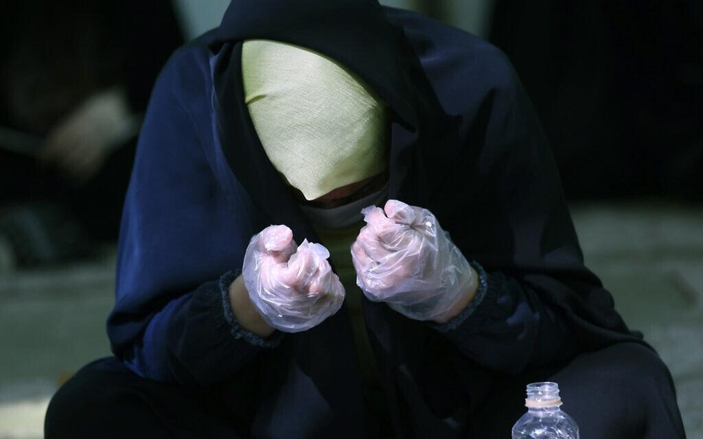 תפילה במסגד באיראן בעידן הקורונה, 30 ביולי 2020 (צילום: AP Photo/Vahid Salemi)