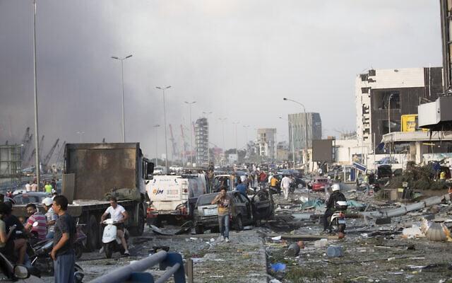 אלפים נפגעו מהפיצוץ שאירע אחר הצהריים בנמל ביירות. שר החוץ גבי אשכנזי ושר הביטחון בני גנץ הודיעו שישראל הציעה סיוע הומניטארי ללבנון. 4 באוגוסט 2020 (צילום: AP Photo/Hassan Ammar)