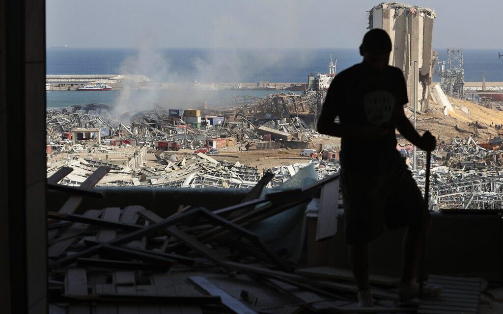 דירה שנפגעה מהפיצוץ העצום שפקד את נמל הים של ביירות, לבנון. 5 באוגוסט, 2020 (צילום: AP Photo/Hussein Malla)