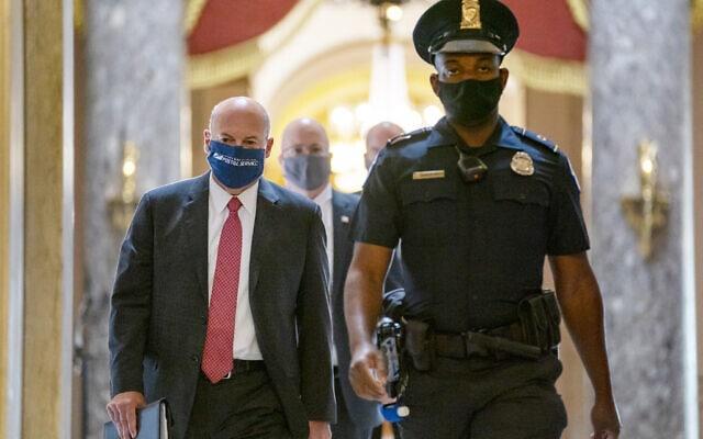 """ראש שירותי הדואר בארה""""ב לואיס דה-ג'וי (משמאל) מגיע לשימוע בסנאט ב-5 באוגוסט 2020 (צילום: AP Photo/Carolyn Kaster)"""