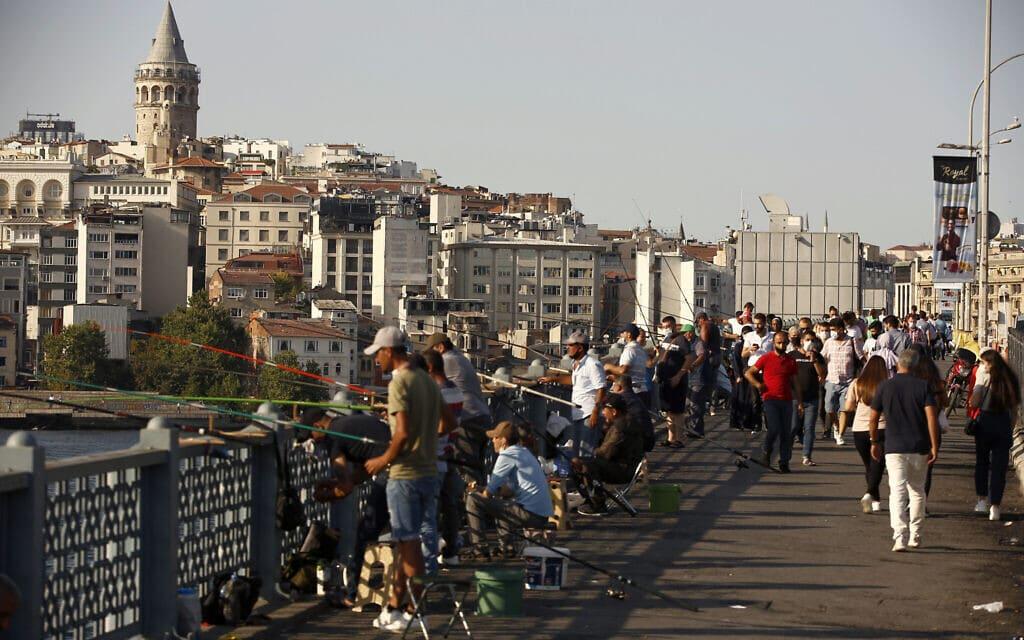 גשר גלאטה באיסטנבול בעידן הקורונה, 7 באוגוסט 2020 (צילום: AP Photo/Emrah Gurel)