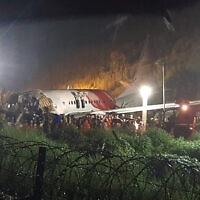 מטוס אייר אינדיה בנחצה לשניים בעת הנחיתה במחוז קוזהיקודה קרלה, 7 באוגוסט 2020 (צילום: AP Photo)