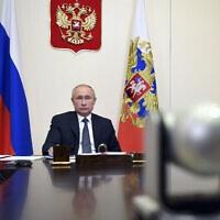 נשיא רוסיה, ולדימיר פוטין, הודיע בישיבת הממשלה, רוסיה, 11 באוגוסט, 2020. כי חיסון נגד קורונה שפותח במדינה נרשם לשימוש, ושאחת מבנותיו כבר חוסנה.  11 באוגוסט 2020 (צילום: Alexei Nikolsky, Sputnik, Kremlin Pool Photo via AP)